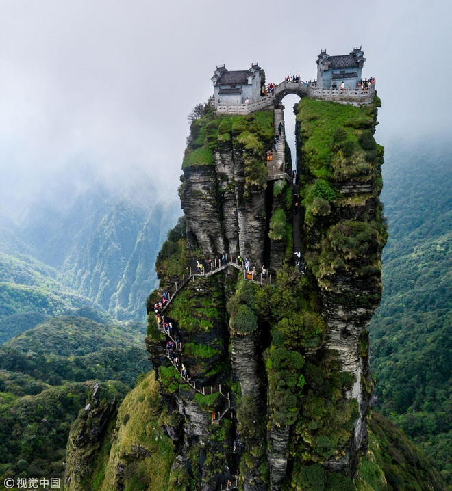 Rùng mình chứng kiến du khách leo ngọn núi siêu cao, dựng đứng ở Trung Quốc - 1