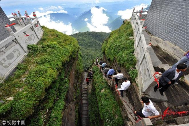 Rùng mình chứng kiến du khách leo ngọn núi siêu cao, dựng đứng ở Trung Quốc - 2