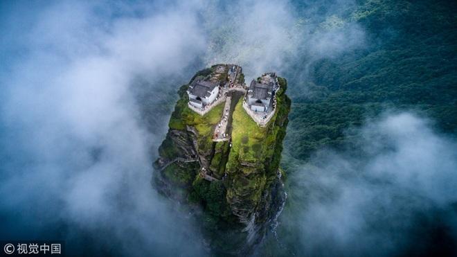 Rùng mình chứng kiến du khách leo ngọn núi siêu cao, dựng đứng ở Trung Quốc - 3