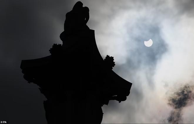 Vòng tròn lửa đầy ma mị xuất hiện trên bầu trời  - 6