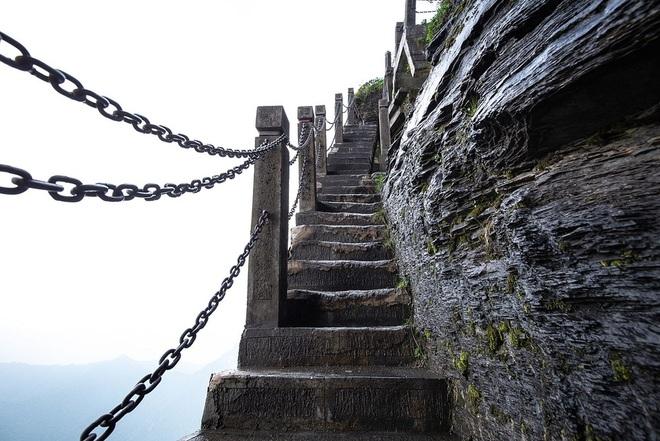 Rùng mình chứng kiến du khách leo ngọn núi siêu cao, dựng đứng ở Trung Quốc - 4