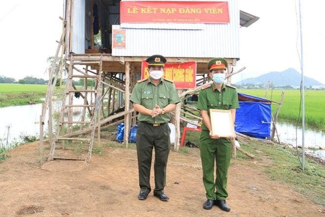Lễ phong hàm, kết nạp Đảng tại chốt chống dịch - 2