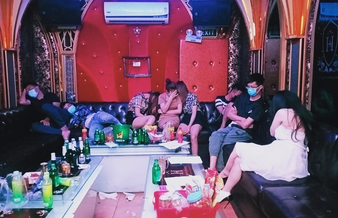 Bay lắc bất chấp dịch Covid-19, 4 dân chơi bị gom tại quán karaoke - 2