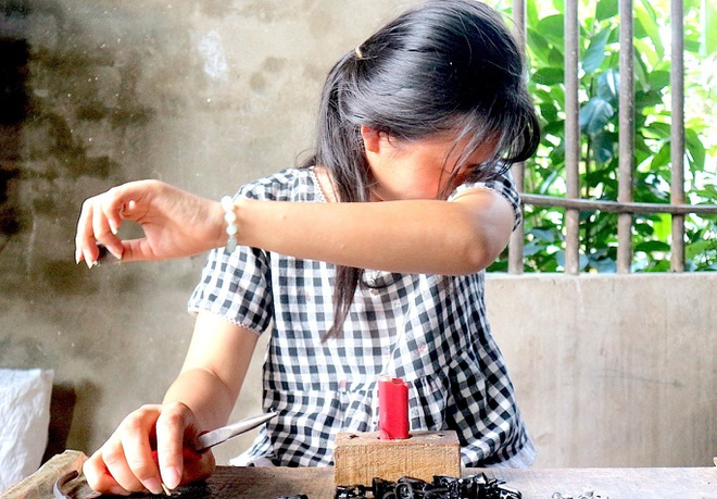 Nữ sinh nghẹn ngào xin nghỉ học kiếm tiền chữa bệnh cho cha - 3