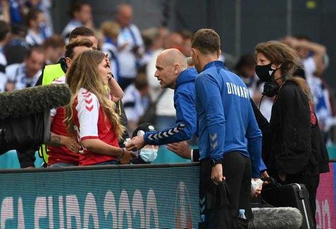 Vợ Eriksen trải qua những khoảnh khắc kinh hoàng trên sân Parken - 1