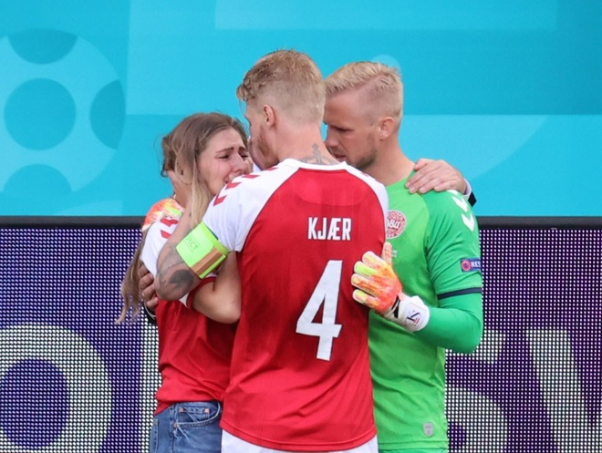 Vợ Eriksen trải qua những khoảnh khắc kinh hoàng trên sân Parken - 5