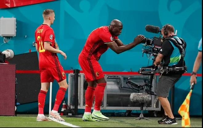 C.Ronaldo và Lukaku cùng động viên Eriksen sau giây phút kinh hoàng - 3