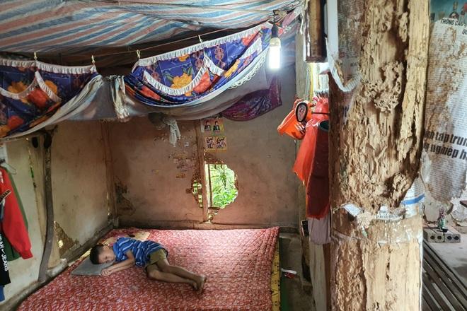 Người mẹ đau khổ ôm con trong ngôi nhà rách nát cầu xin sự sống - 1