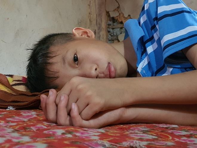 Người mẹ đau khổ ôm con trong ngôi nhà rách nát cầu xin sự sống - 6