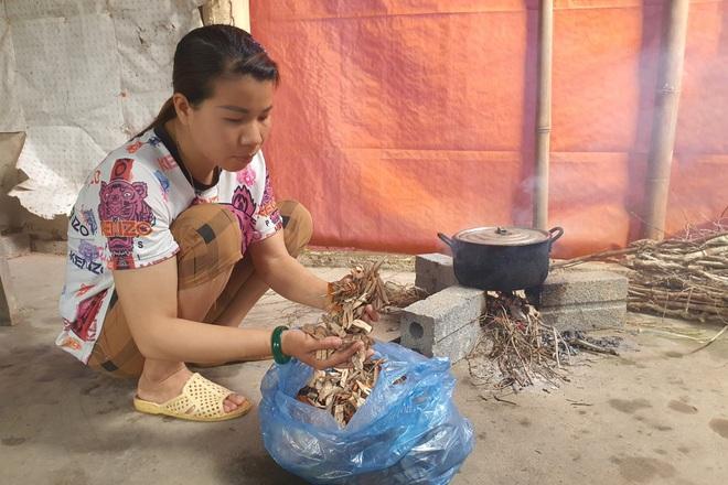 Người mẹ đau khổ ôm con trong ngôi nhà rách nát cầu xin sự sống - 7