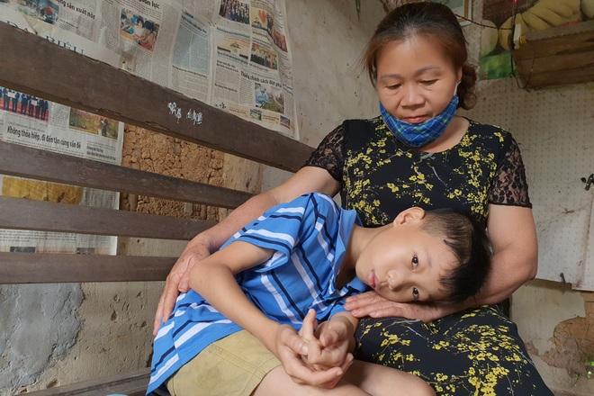 Người mẹ đau khổ ôm con trong ngôi nhà rách nát cầu xin sự sống - 9