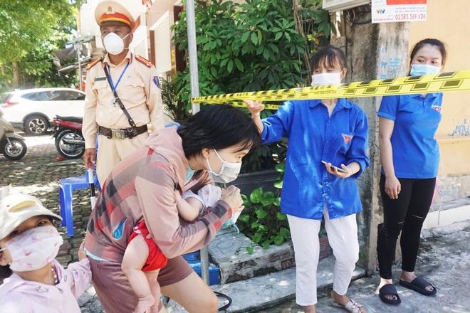 Khẩn trương tiếp tế cho cư dân bị phong tỏa tại TP Vinh - 5