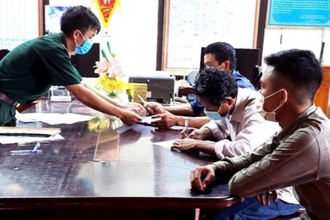 Lấy mẫu giám định số tiền xu cổ được tìm thấy dưới đáy biển Quảng Bình - 2
