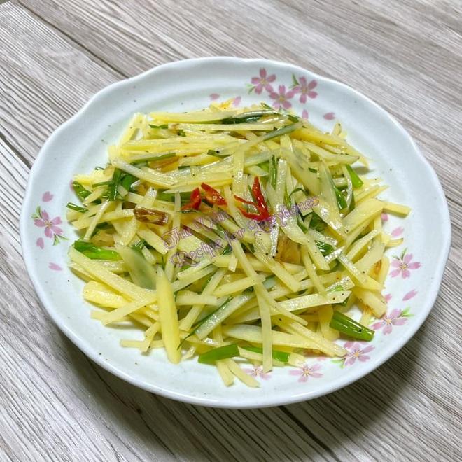 Lạ miệng với món khoai tây sợi xào chua cay - 1