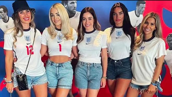 Những bóng hồng của tuyển thủ Anh gây ấn tượng ở trận đấu với Croatia - 1