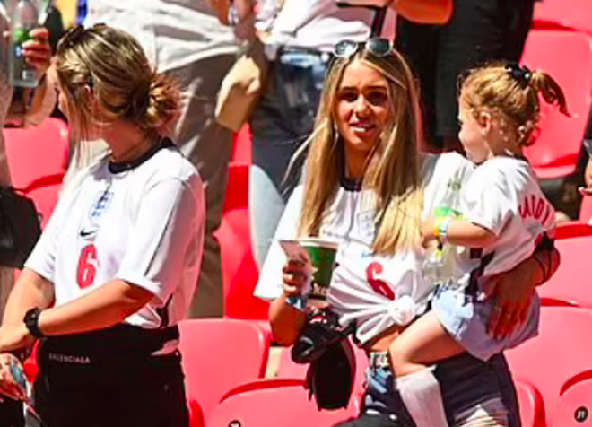 Những bóng hồng của tuyển thủ Anh gây ấn tượng ở trận đấu với Croatia - 11