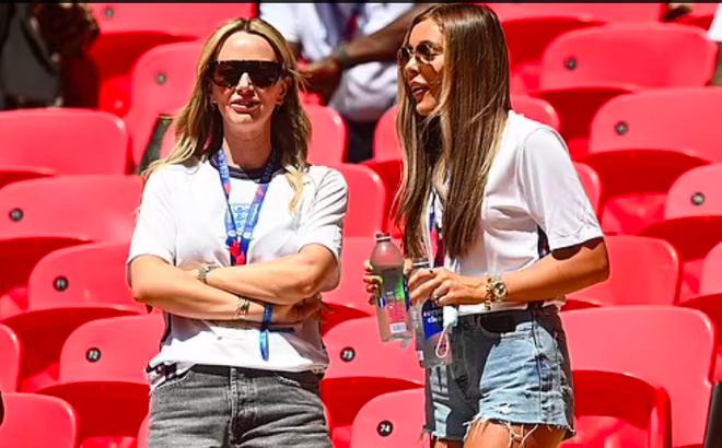 Những bóng hồng của tuyển thủ Anh gây ấn tượng ở trận đấu với Croatia - 8