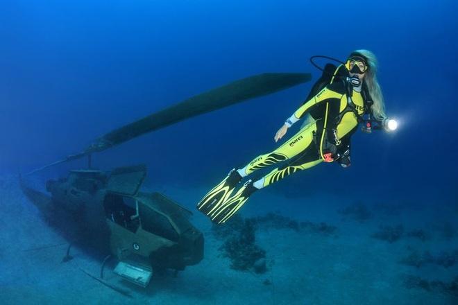 Du khách bơi, lặn ngắm bảo tàng quân sự có một không hai trên thế giới - 4