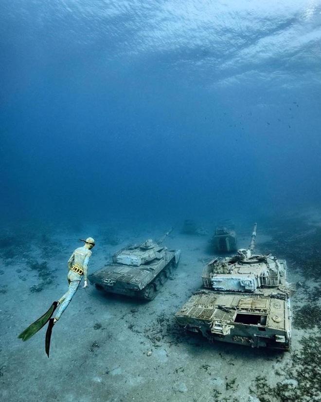 Du khách bơi, lặn ngắm bảo tàng quân sự có một không hai trên thế giới - 3