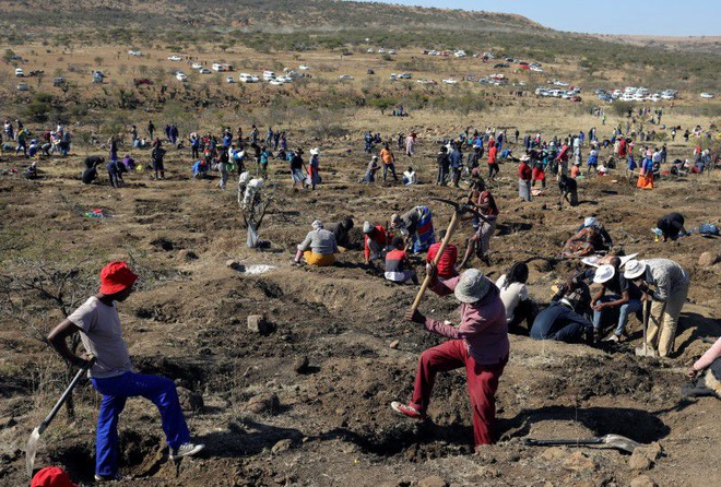 Phát hiện bất ngờ khiến dân đổ xô đến ngôi làng Nam Phi đào kim cương - 1