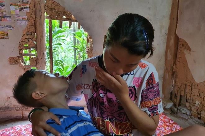 Người mẹ đau khổ ôm con trong ngôi nhà rách nát cầu xin sự sống - 3