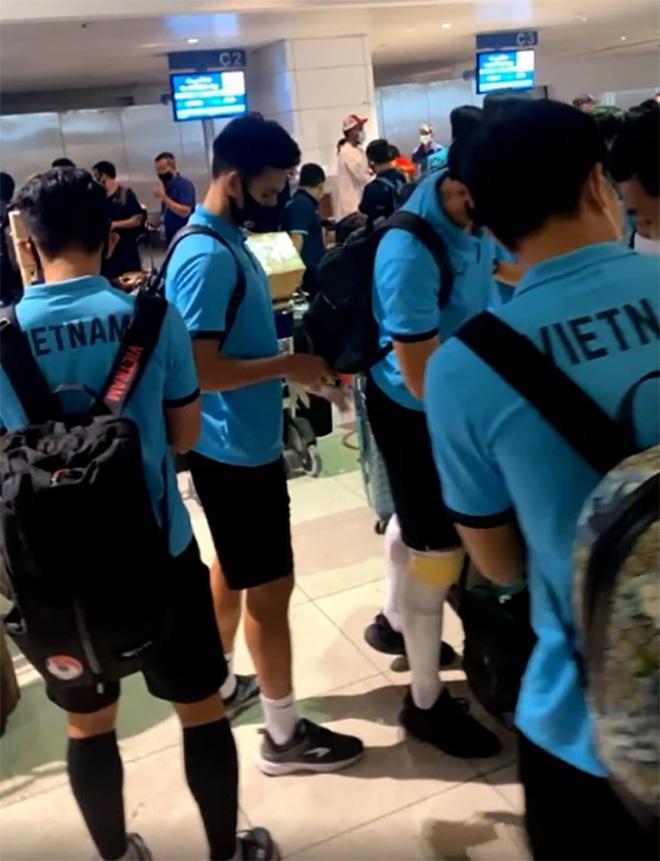 Đội tuyển Việt Nam chia tay UAE, háo hức về nước - 3