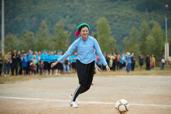 1001 màn cổ vũ bóng đá không giống ai, như đi tấu hài của sao Việt - 7