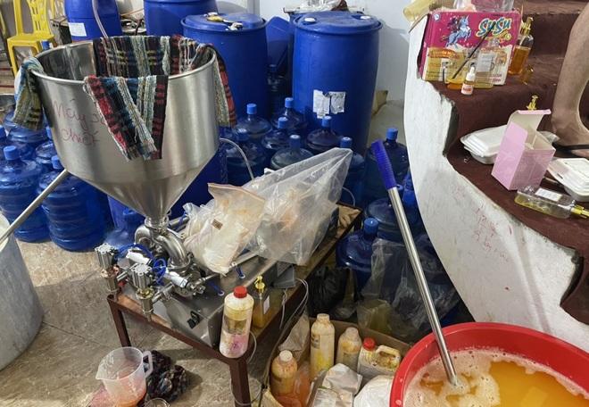 Cận cảnh xưởng sản xuất mỹ phẩm, nước hoa Chanel đựng trong xô chậu - 3