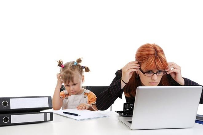 Chồng réo, con khóc... nhiều chị em kiệt sức khi làm việc online tại nhà - 1