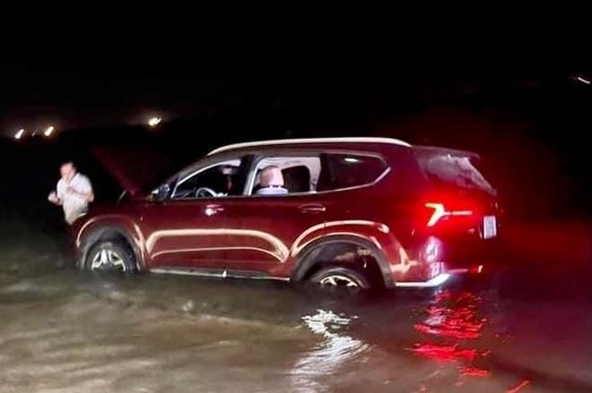 Mang Santa Fe mới ra mắt đi off-road gần biển, tài xế nhận cái kết đắng - 1