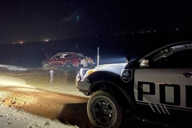 Mang Santa Fe mới ra mắt đi off-road gần biển, tài xế nhận cái kết đắng - 3