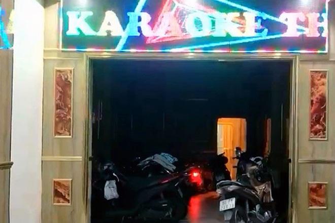 Chủ quán karaoke để 2 nữ tiếp viên khỏa thân phục vụ dân chơi đã bỏ trốn - 1