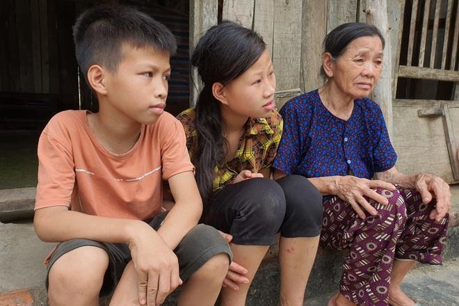 3 bố con khờ chới với trong ngôi nhà tốc mái sau trận dông lốc - 6