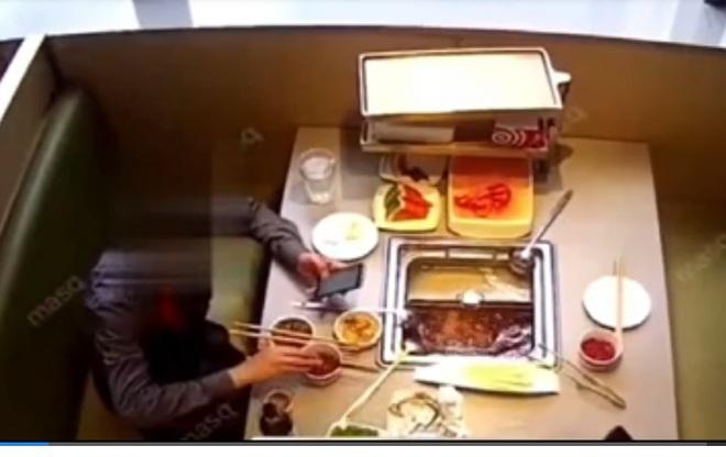 Clip: Khách thả gián vào nồi lẩu để tống tiền nhà hàng - 1