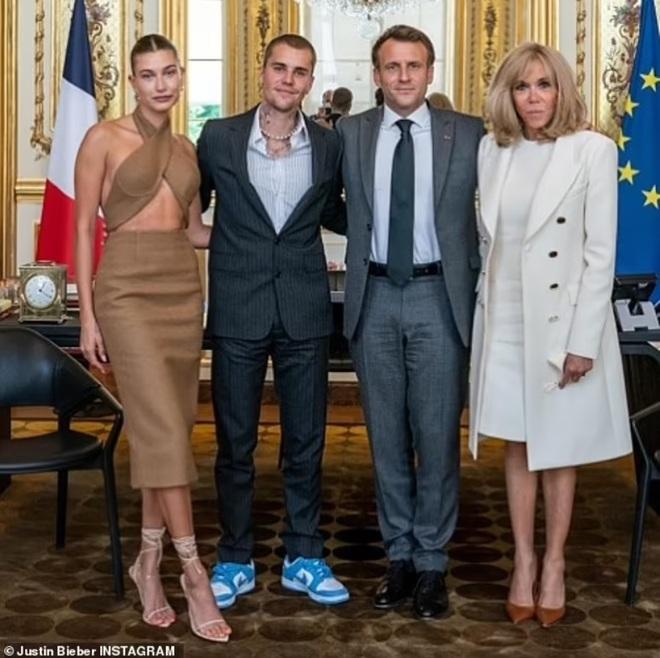 Tranh cãi về trang phục của vợ chồng Justin Bieber khi gặp Tổng thống Pháp - 1