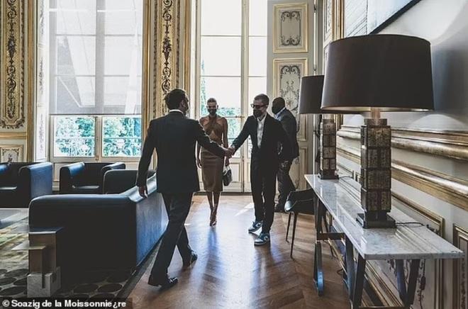 Tranh cãi về trang phục của vợ chồng Justin Bieber khi gặp Tổng thống Pháp - 2