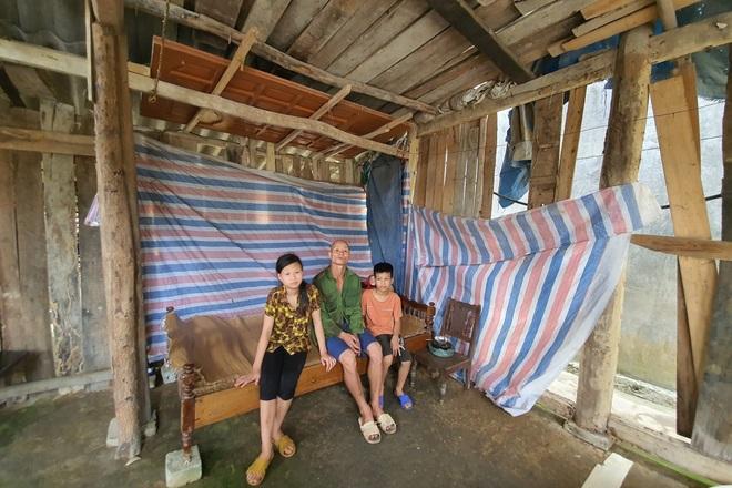 3 bố con khờ chới với trong ngôi nhà tốc mái sau trận dông lốc - 8