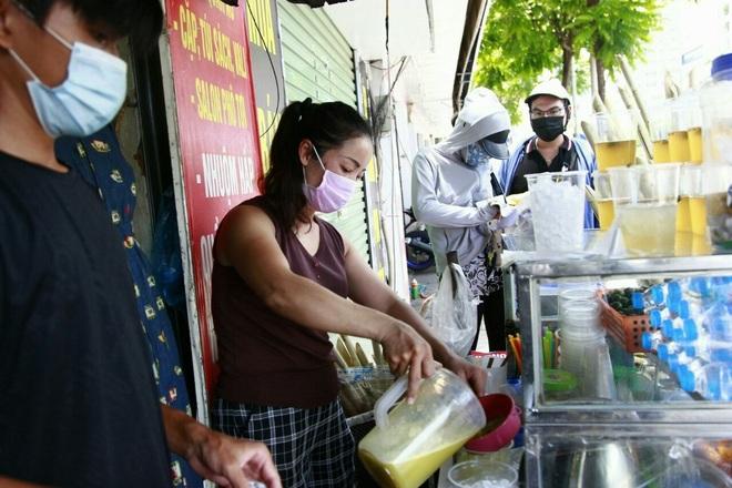 Nắng nóng, người dân kiếm tiền triệu nhờ bán nước giải khát - 4