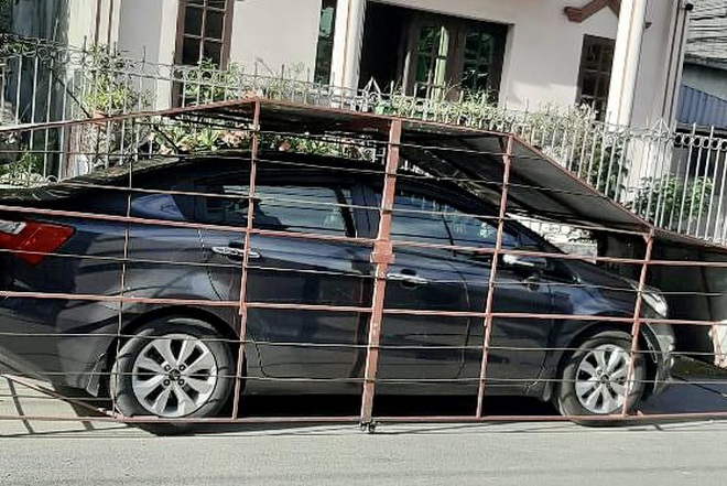 Làm chuồng cọp cho ô tô ở góc đường, chủ xe nhận nhiều ý kiến trái chiều - 1