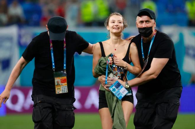 Nữ cổ động viên đột nhập trận Bỉ - Phần Lan - 5