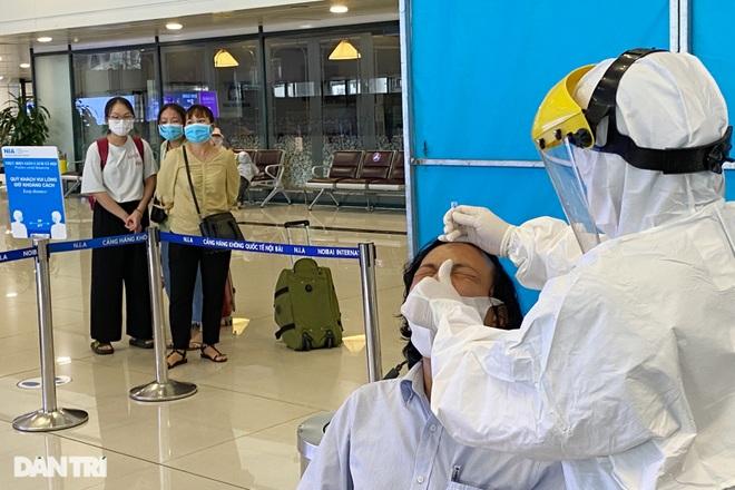 Khách bay từ TPHCM đến Hà Nội phải test nhanh Covid-19 ngay khi hạ cánh - 9