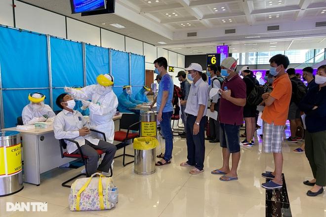 Khách bay từ TPHCM đến Hà Nội phải test nhanh Covid-19 ngay khi hạ cánh - 7