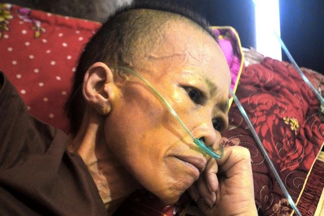 Nữ sinh bỏ học ngang chừng ở nhà cấp cứu mẹ thập tử nhất sinh - 1
