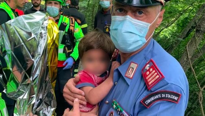 Ly kỳ vụ giải cứu bé trai 21 tháng tuổi lạc 2 đêm trong rừng - 1