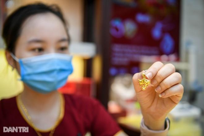 Vì sao giá vàng SJC cao hơn thế giới gần 8 triệu đồng/lượng? - 1