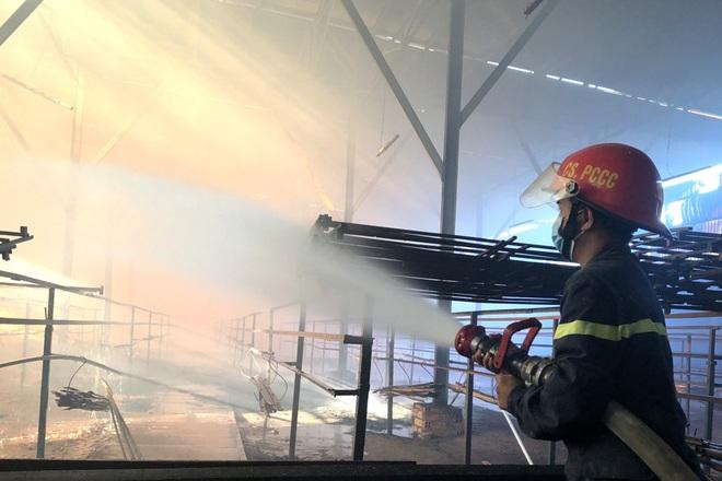 Bà hỏa ghé thăm lúc sáng sớm, xưởng sản xuất nhang bị thiêu rụi - 1