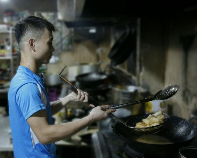 Đơn online tăng vọt, nhân viên quán ăn đêm tất bật mùa Euro - 2