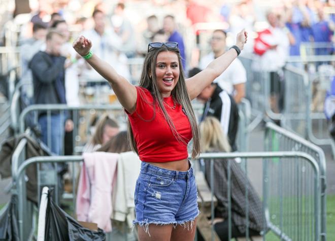 Nữ trọng tài xinh đẹp gây bão khi cổ vũ đội tuyển Anh ở Euro 2020 - 3