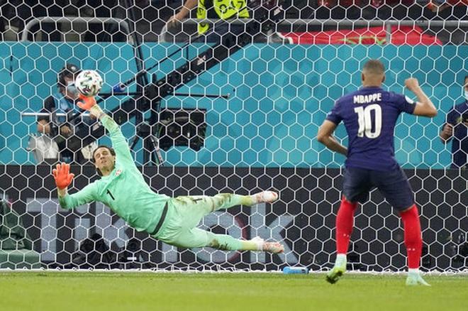 Nỗi đau xé lòng của Mbappe khi hóa tội đồ khiến Pháp bị loại ở Euro 2020 - 13