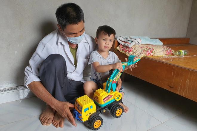Nhói lòng cảnh bé gái 1 tuổi người mềm oặt, ngày lên cơn co giật mấy lần - 4